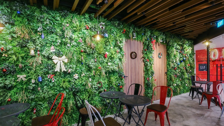 Artificial-Green-Wall-at-Dal.komm-Coffee-@-Orchard-Centrepoint.jpg